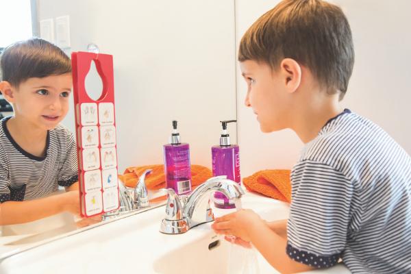 Gabriel lave ses mains avec les pictogrammes IDEOpicto